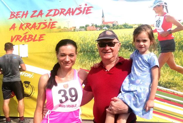 Primátor Vrábeľ Tibor Tóth s manželkou Dagmar a dcérkou.