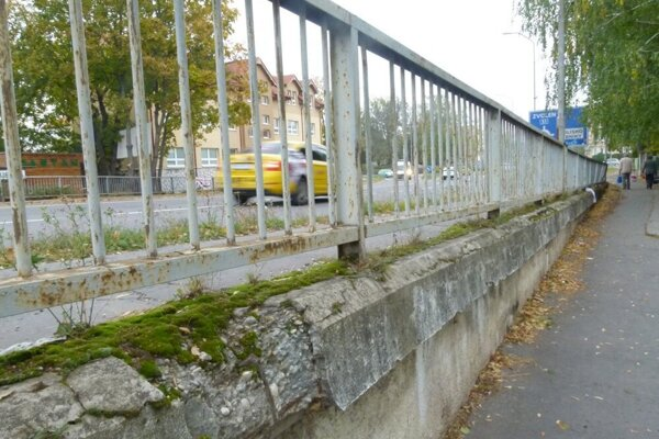 Levický nadjazd v čase, keď po ňom premávala doprava. Teraz idú oporný múr búrať. Chodník medzi mostom o oplotením 1. ZŠ bude uzatvorený.