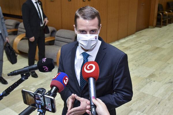 Štátny tajomník ministerstva zahraničných vecí a európskych záležitostí SR Martin Klus (SaS) počas príchodu na 29. schôdzu vlády SR, 13. júla 2020 v Bratislave.