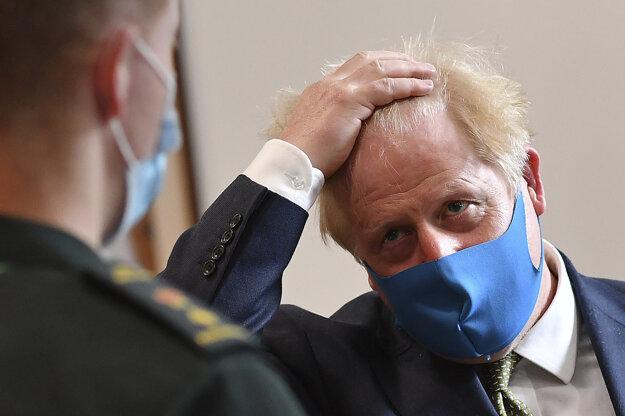 Rúško nosí aj premiér Boris Johnson, ktorý koronavírus spočiatku zľahčoval. Neskôr sa ním sám nakazil.