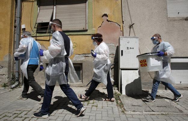V Severnom Macedónsku sa začali trojdňové parlamentné voľby. Osobám, ktoré sa nakazili koronavírusom SARS-CoV-2 alebo sú v domácej izolácii prinesú prenosnú volebnú urnu priamo domov.