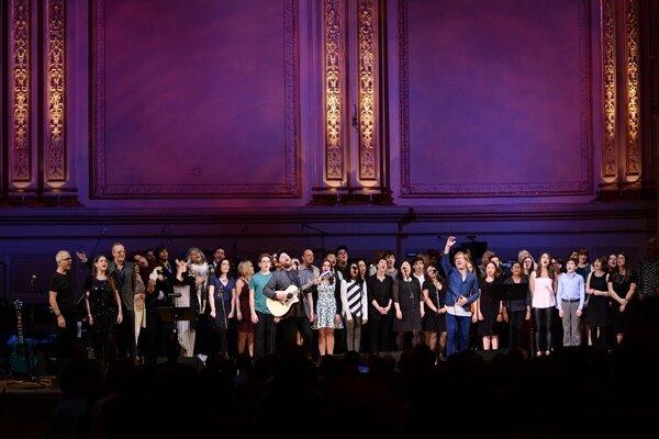 Koncert na počesť Davida Bowieho v newyorskej Carneige hall.