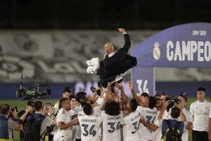 Real Madrid oslavuje zisk titulu, vo vzduchu nad hlavami hráčov tréner Zinedine Zidane.