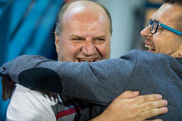 Funkcionári FC Nitra v radostnom objatí po záchrane v lige - predseda predstavenstva Milan Červeň (vľavo) a generálny manažér Jozef Chudý.