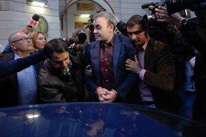 Rumunský exminister financií Darius Valcov v putách.