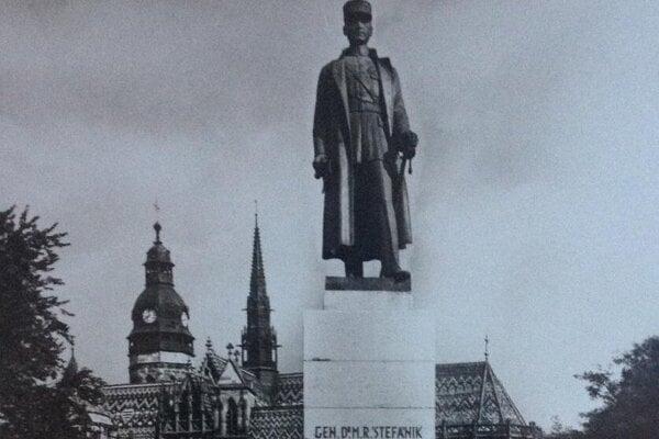 Socha M. R.Štefánika na svojom pôvodnom mieste v južnom parku Hlavnej ulice.