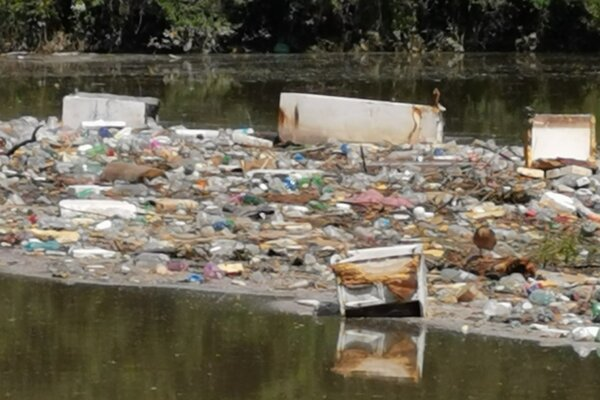 Odpad, ktorý aktuálne pláva v nornej stene na Ružíne.