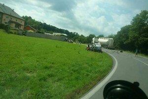 Dopravná nehoda v mestskej časti Handlovej ochromila dopravu.