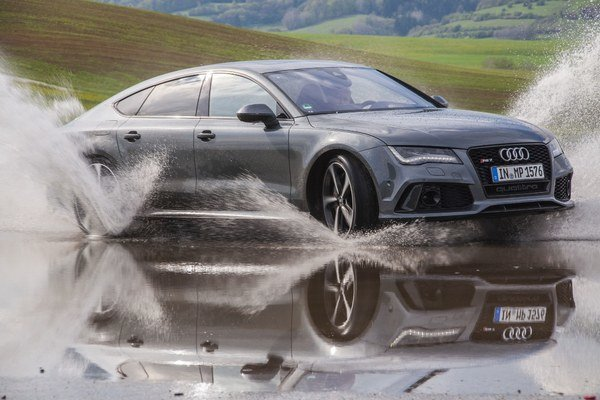 Za istých okolností a na istých miestach môže byť aj s ťažkým Audi RS7 zábava. Dokonca, nepôsobí ani ako odistený granát.