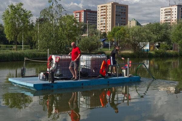 Vody jazera bude opäť brázdiť špeciálne plavidlo.