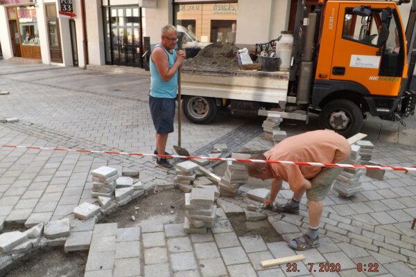 Dlažbu doteraz opravovali mestskí murári.