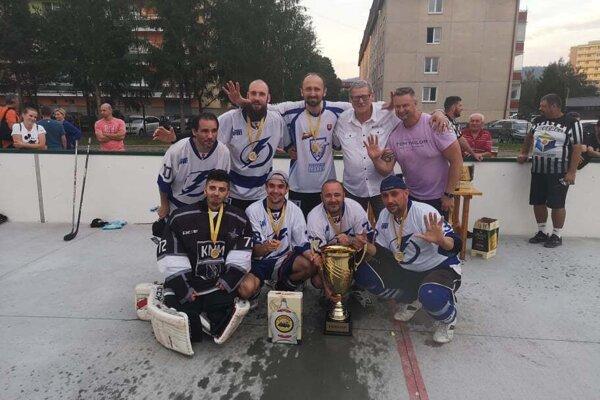 Modré Blesky s novým pohárom pre víťaza Kocka cupu.