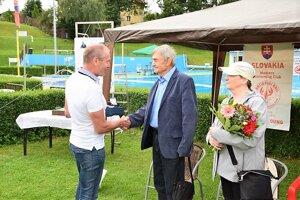 Prezident Slovenskej plaveckej federácie Ivan Šulek gratuluje koceneniu Dušanovi Štekláčovi.