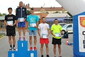 Najlepší muži v kategórii do 39 rokov, druhý zľava celkový víťaz Tibor Sahajda.