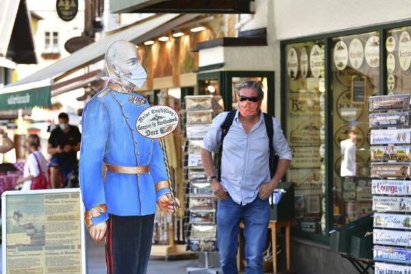 V dedine Sankt Wolfgang nasadili rúško aj kartónovej makete cisára Františka Jozefa I.