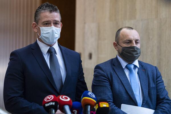 Minister vnútra Roman Mikulec (vľavo) a už bývalý štátny tajomník ministerstva vnútra Lukáš Kyselica.