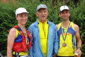 Víťazné dvojičky Eva a Jozef Čurlejovci po dobehnutí so svojím otcom, ktorý ich na trati povzbudzoval.