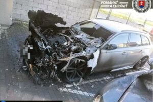 Zhorené auto v Podunajských Biskupiciach.