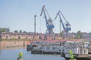 Zimný prístav s loďami, skladmi a žeriavmi.