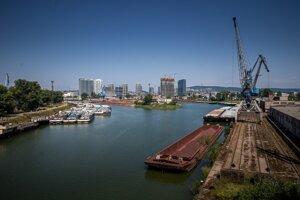 Dookola mrakodrapy a moderná výstavba, pri rieke starý prístav.