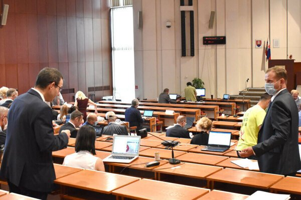 Predkladateľ neštandardného návrhu Milan Lesňák (vpravo) a predseda dozornej rady DPMK Jozef Filipko na mestskom zastupiteľstve.