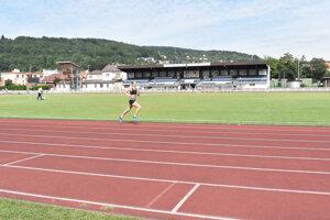Čiary bežeckého oválu na atletickom štadióne museli premaľovať.