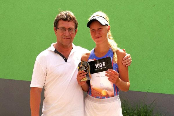 Víťazná dorastenka Bianca Behúlová s dedkom Petrom Plandorom.