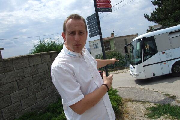 Dispečer Arrivy Marek Civáň opakovane žiadal o osadenie dopravného zrkadla. Na fotke autobus odbočuje z Hornozoborskej na Metodovu.