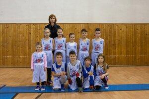 Agi Sviteková a deti z basketbaového oddielu Lišiak
