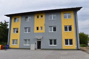 Do druhej obecnej bytovky sa už postupne môžu sťahovať nájomníci.