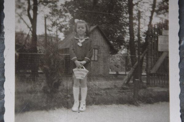 Fotka v parku pred voliérou s exotickými vtákmi vznikla približne pred 60 rokmi. Vtedy mala Levičanka Erika Némethová šesť rokov.