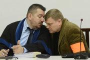 Na snímke Sergej S. (prvý sprava) v pojednávacej miestnosti.