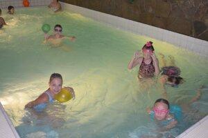 Zábava v bazéne.