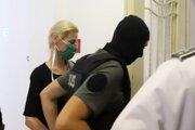 Moniku Jankovskú odvádzajú z pojednávacej miestnosti.