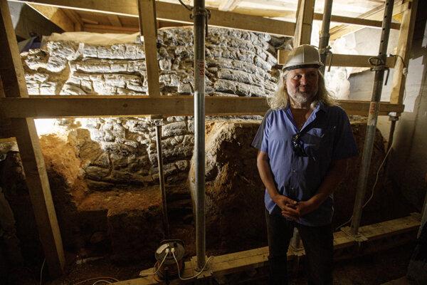 Archeológ Slovenskej akadémie vied (SAV) Marián Samuel počas prezentácie a prehliadky nového archeologického nálezu drevozemného valu z 11. storočia.