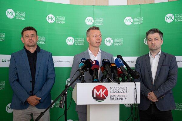 Predsedovia strán zľava László Sólymos (Most-Híd), Krisztián Forró (Strana maďarskej komunity) a Mózes Szabolcs (Spolupatričnosť) počas brífingu po spoločnom rokovaní.