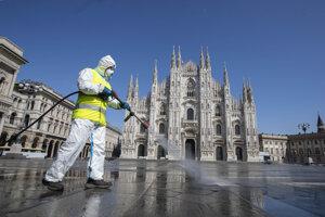 Dezinfekčné práca pred katedrálou v Miláne.
