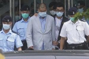 Jimmy Lai v rukách čínskej polície.