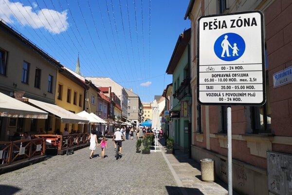 Vstup pre cyklistov je na pešiu zónu na Floriánovej ulici povolený.