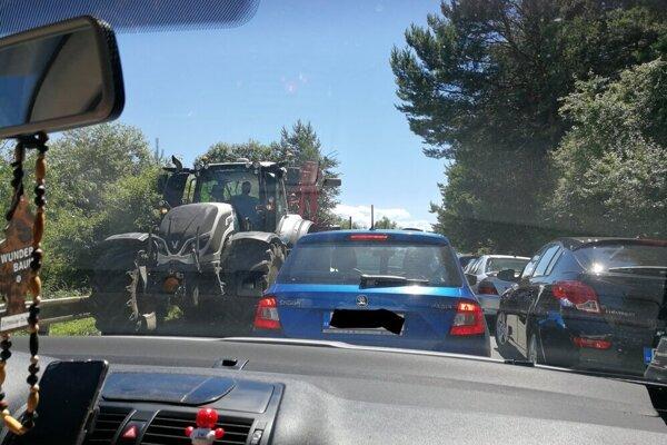 Autá parkujú pri ceste, väčšie autá majú problém prejsť.