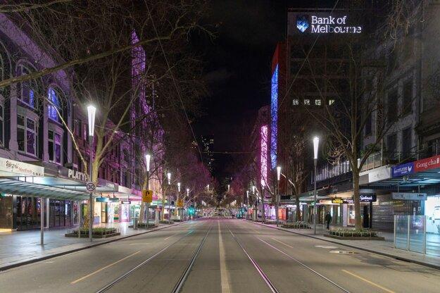 Prázdna ulica Swanston Street v hlavnom meste štátu Viktória Melbourne. V Melbourne platí šesťtýždňové obmedzenie pohybu, v rámci ktorého úrady nariadili nočný zákaz vychádzania a povinné nosenie rúšok.