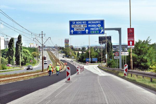 Oprava cesty smerom od Pereša k Optime.