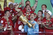 Futbalisti Bayernu Mníchov s trofejou.