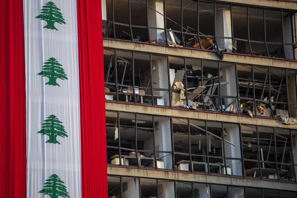 Poškodená budova po explózii v Bejrúte.