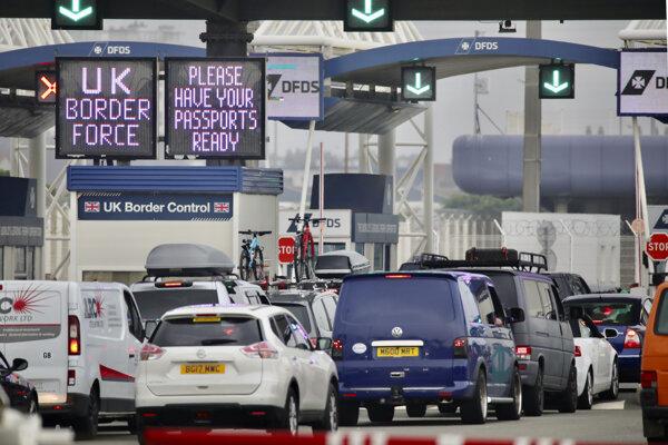 Rad áut, ktoré čakajú na nalodenie na trajekt vo francúzskom prístave Calais.