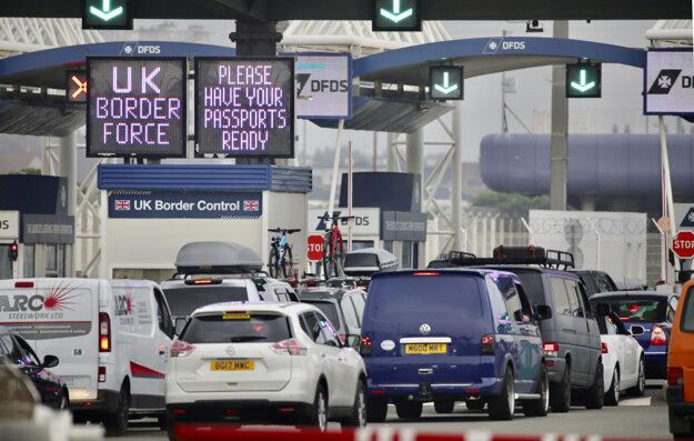 Rad áut, ktoré čakajú na nalodenie na trajekt vo francúzskom prístave Calais. Z Francúzska sa do Británie vracali tisíce dovolenkárov, aby sa vyhli povinnej karanténe, ktorá platí od soboty.