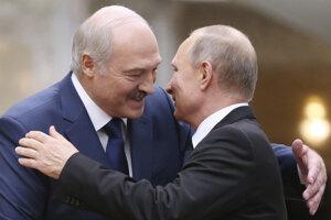 Vladimir Putin (vpravo) a Alexander Lukašenko na archívnej snímke z 30. novembra 2017.