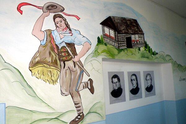 V namaľovaných dejinách na chodbe nováckej školy nemôže chýbať ani Jánošík a drevenica z Čičmian.