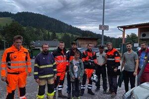 Vladimír (štvrtý zľava) so svojimi záchrancami. Hľadalo ho takmer dvesto ľudí.