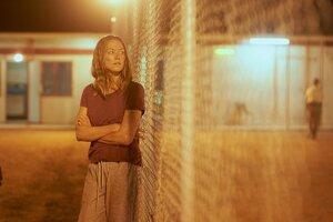 Jednu z hlavných postáv v seriáli Stateless, Sofie Werner, si zahrala austrálska herečka Yvonne Strahovski, ktorá je známa zo seriálu Príbeh služobníčky.
